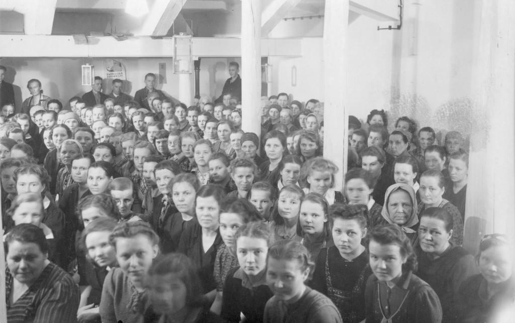 Tamperelaisen tekstiilitehdas Klingendahlin työläisiä pommisuojassa sota-aikana.