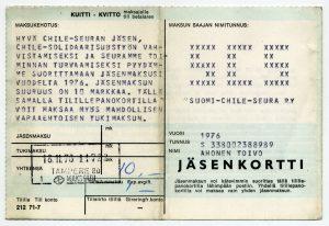Suomi-Chile -seuran jäsenkortti vuodelta 1976 kuului tamperelaiselle Toivo Ahoselle. Parhaimmillaan Suomi-Chile -seurassa oli 100 000 jäsentä ja kymmeniä jäsenjärjestöjä. Työväenmuseo Werstas.
