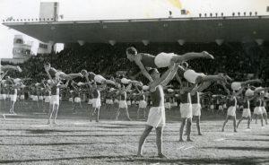 TUL:n kolmannet liittojuhlat vuonna 1946. Liittojuhlat olivat TUL:n valistustoiminnan huipentuma: niitä pidettiin tärkeänä osoituksena työläisurheilun joukkovoimasta. 1930-luvulla TUL:n jäsenmäärä oli ollut parhaimmillaan vain 30 000, mutta sotien jälkeen liiton jäsenmäärä kasvoi nopeasti. Työväenmuseo Werstas.