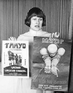 SAK:n lakimies Tarja Halonen esitteli chileläisiä julisteita vuonna 1978. Halonen toimi myöhemmin Suomi-Chile-seuran puheenjohtajana. Kansan Arkisto.