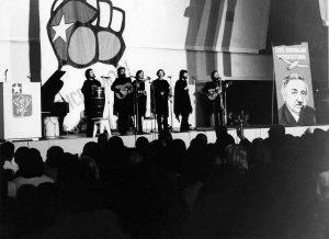 Chileläinen Quilapayún-yhtye konsertoi Helsingin Messuhallissa vuonna 1974. Kuvaaja Osmo Sou-nela. Kansan Arkisto.