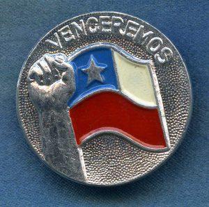 Presidentti Salvador Allenden käyttämä Venceremos-iskulause, Chilen lippu ja nyrkkiin puristettu käsi olivat tyypillisiä kuva-aiheita solidaarisuusrintamerkeissä. Kansan Arkisto.