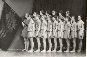 TUL:n naisvoimistelijoita vuonna 1929. Vaikka työväenliikkeen piirissä korostettiin naisurheilun tärkeyttä, oli TUL:n suhtautuminen etenkin naisten kilpaurheiluun ristiriitaista. Naisten osalta painopiste oli enemmän voimistelussa ja valistuksessa. Naisurheilu nähtiin liiallista kilpailua vastustavana voimatekijänä. Naiset kuitenkin menestyivät hyvin työläisolympialaisissa, mikä viitoitti tietä asennemuutokseen. TyöväenmuseoWerstas