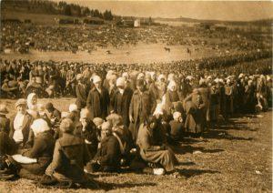 Antautuneita punaisia Fellmanin kentällä Lahdessa. Fellmanin kartanon maille syntyi suuri väliaikainen vankileiri toukokuussa 1918. Työväenmuseo Werstas.