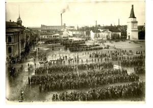 Tampereella vangittiin noin 11 000 punaista. Heitä seisotettiin vuorikausi Keskustorilla, joka silloin tunnettiin nimellä Kauppatori, ennen kuin heidät siirrettiin vankileireille. Työväenmuseo Werstas.