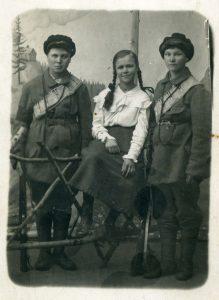Punakaartilaisnaisia Viipurista. Kolme punakaartilaisnaista valokuvaamokuvassa. Kahdella laitimmaisella sotilaspuku. Viipuri 1918. Työväenmuseo Werstas.