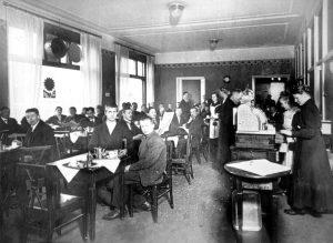 Politiikkaa puhuttiin innokkaasti helsinkiläisen Osuusliike Elannon Siltasaarenkadun kahvilassa vuonna 1915. Osuustoimintaliikkeen sisällä kamppailu kärjistyi, kun kuluttajavaltaiset osuusliikkeet perustivat oman aatteellisen järjestön, Kulutusosuuskuntien Keskusliiton marraskuussa 1916. Työväenmuseo Werstas.