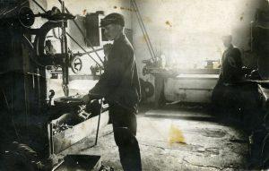 Venäjän armeijan sotatarviketilaukset työllistivät Suomen metalliteollisuutta kesään 1917 asti. Lauri Kolinen työskenteli helsinkiläisessä metallipajassa ennen sisällissotaa. Työväenmuseo Werstas.