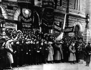 Vallankumoukselliset venäläiset sotilaat Kansallisteatterin edessä Helsingissä vuoden 1917 helmikuun vallankumouksen aikaan. Työväenmuseo Werstas.
