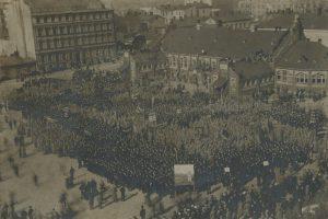 Väkeä koolla Hietalahden torilla Helsingissä Venäjän vallankumouksen jälkeen luultavasti maaliskuussa 1917. Työväen Arkisto.