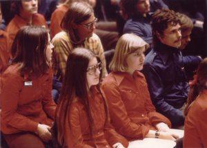 Nuorisoliitossa vaikuttaneet taistolaiset tunnisti sinisistä järjestöpaidoista. SKDL:n enemmistöä kannattaneiden paidat olivat punaisia. Kansan Arkisto