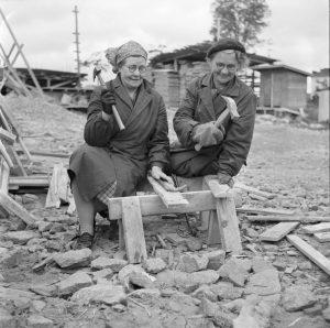Naiset talkootöissä Kulttuuritalon rakennustyömaalla 2.10.1955.