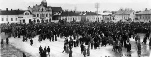 Porin kauppatori 30.3.1917. Tuona päivänä vietettiin pari viikkoa aikaisemmin Venäjällä puhjenneen vallankumouksen muistopäivää. Muun muassa Eetu Salin kävi puhumassa kauppatorille kerääntyneille ihmisille. Kuva: Kansan Arkisto.