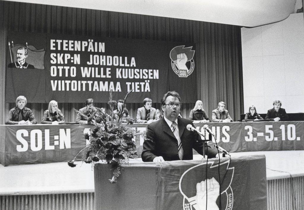 Taisto Sinisalo puhuu SOL:n liittokokouksessa Kulttuuritalolla 1975. Kansan Arkisto