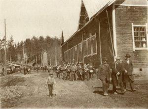 Vappukulkue marssimassa Parkkarilan työväentalon ohitse Lappeenrannassa vappuna 1917. Kansan Arkisto.