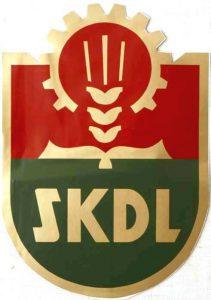 Liiton tunnus, jonka symboliikassa tulivat esille tavoitellut kannattajaryhmät: työläiset (ratas), maanviljelijät (tähkä) ja sivistyneistö (kirja). Punainen väri viittasi työväenliikkeeseen, vihreä maaseutuun.