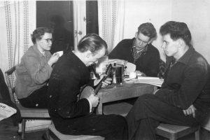 """Työväen Akatemia opiskelijoita. """"Kahvikommuuni"""" talvella 1951 - 1952."""