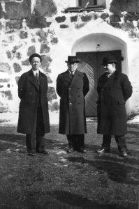 Työväen Akatemian pihalla vasemmalta: Arvi Hautamäki, Väinö Voionmaa ja Akatemian silloinen rehtori Yrjö Kilpeläinen vuonna 1938/1939.