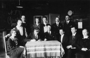 Nurmin työväenyhdistyksen opintokerho vuonna 1927 Vahvialla. Työväen Arkisto.